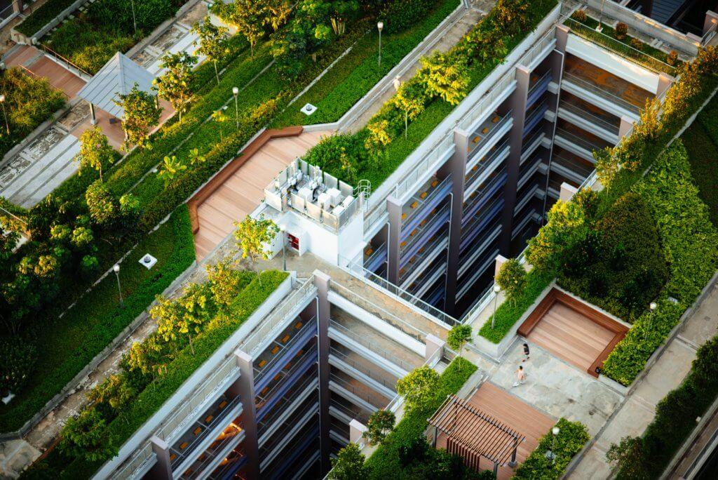 Widok na budynki, drzewa, trawwniki z lotu ptaka